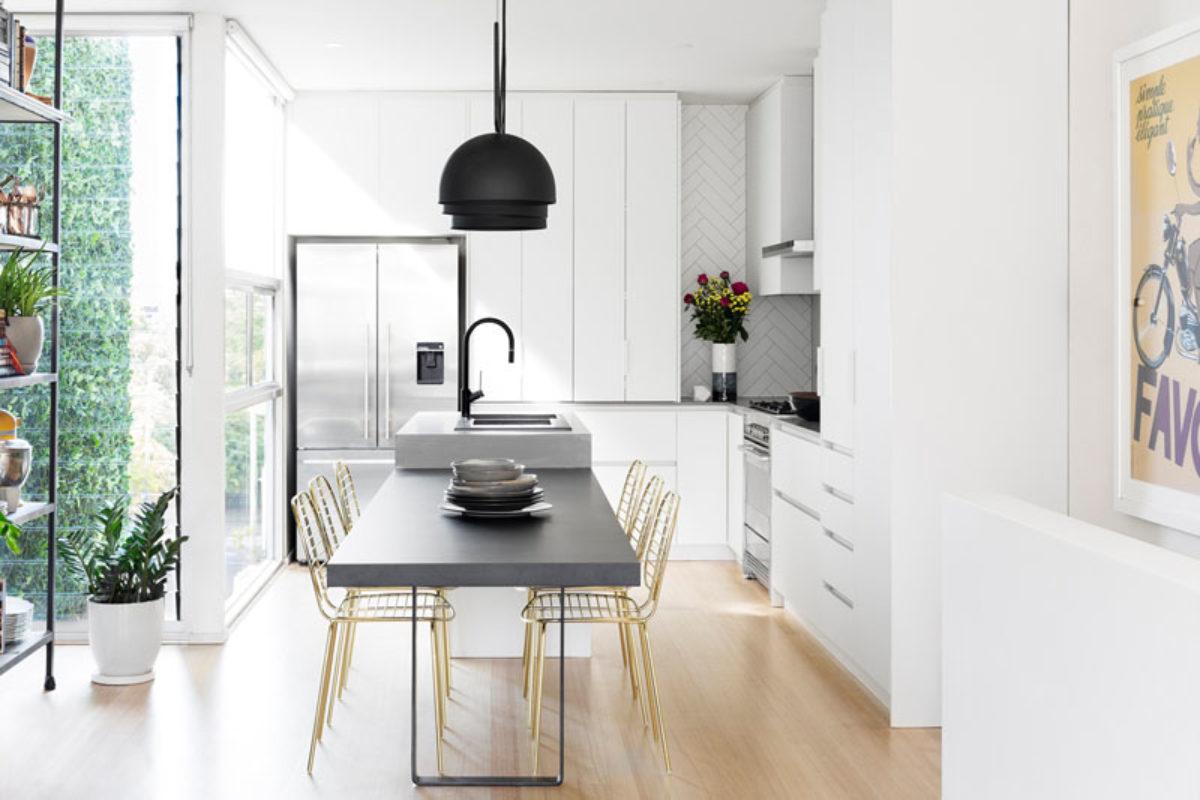 Chiêm ngưỡng phòng bếp đẹp hiện đại với thiết kế đen và vàng kim loại