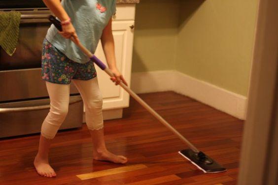 Quét dọn lau chùi bụi bặm trong nhà